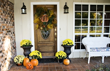 An entryway decorated for fall and Halloween.